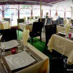 La terrasse couverte du restaurant indien