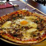 Pizza viande hachée au restaurant l'Olivier au Havre.