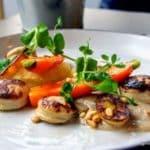 Noisettes de boudin blanc à l'huile de noix, vinaigrette de grenade et pignons de pin torréfiés. au restaurant le Bouche à Oreille au Havre