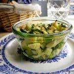 Pommes vertes et courgettes à la Singerie au Havre, un plat végétarien.