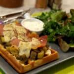 Gaufre salée garnie aux légumes d'été, jambon cru et parmesan