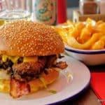 Burger au poulet frit et ses frites au cheddar au Fiftys au Havre