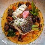 Un cabillaud cuit nacré, une sauce mandarine plein de peps et ses petits légumes poivron et champignons